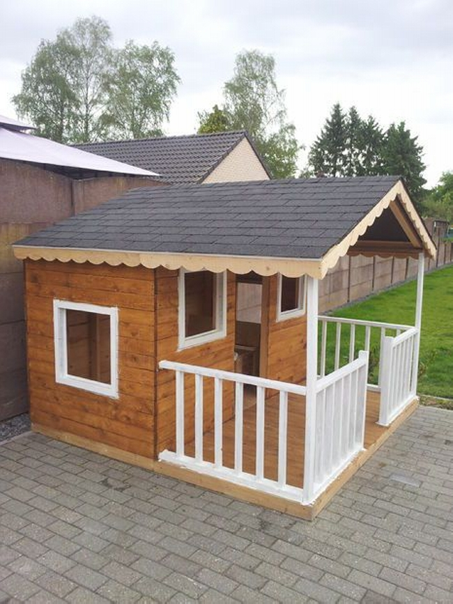 Pallet Playhouse in Garden