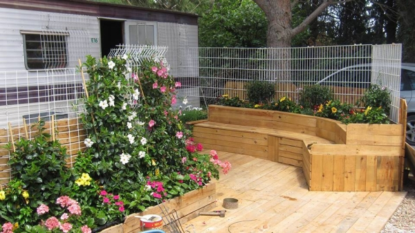 pallet deck with palnters