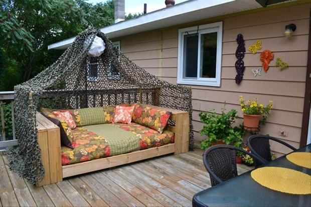 patio daybed with wood pallets